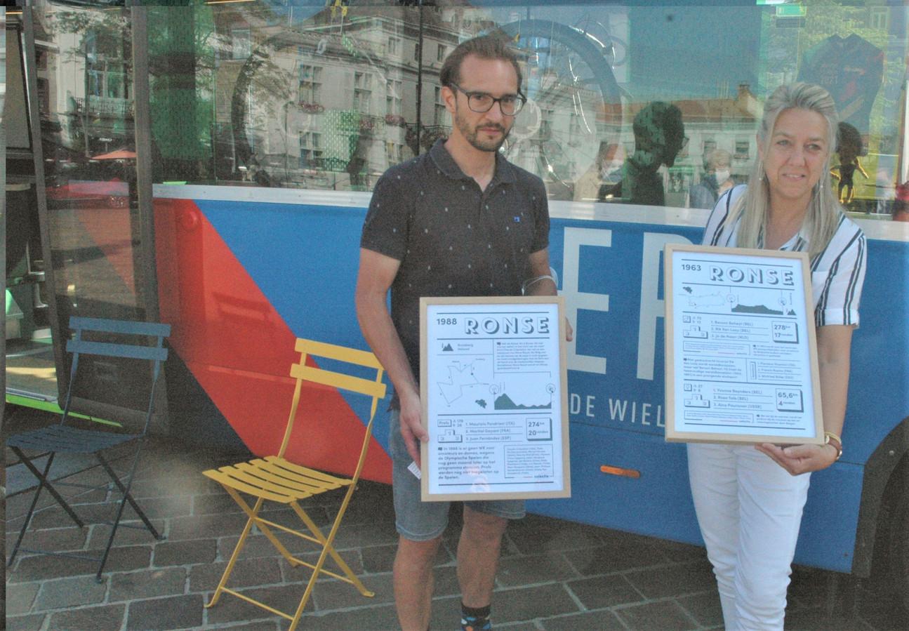 Thomas Ameye van het wielermuseum van Roeselare en schepen voor Toerisme Brigitte Vanhoutte wisselden cadeautjes uit aan de KOERSbus.