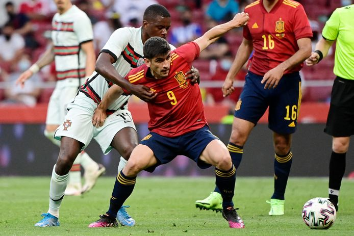 Gerard Moreno, hier in de clinch met Portugees William Carvalho.