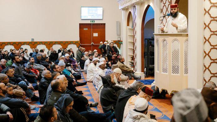 Het vrijdagmiddaggebed in de Blauwe Moskee in Amsterdam Nieuw-West.