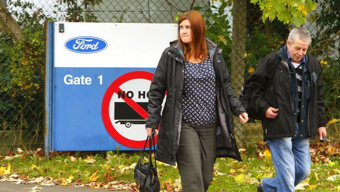 Arbeiders verlaten gelaten de Fordfabriek in Southampton.