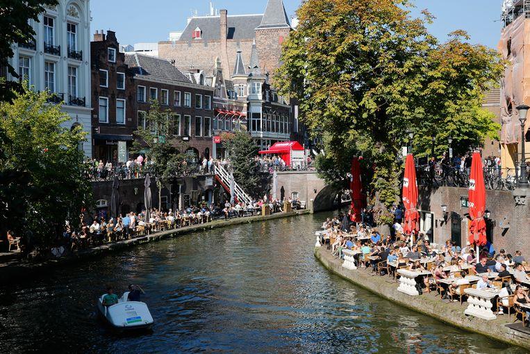 Volle terrassen aan de Oudegracht in Utrecht. Beeld ANP/BAS CZERWINSKI