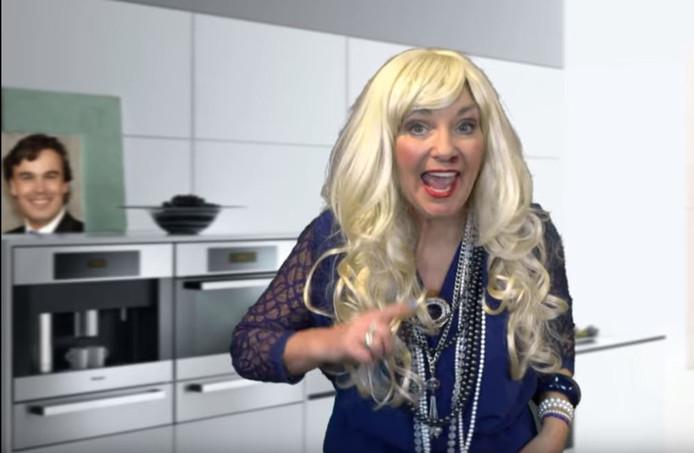 Inge van den Biggelaar in de videoclip voor het carnavalsnummer 'Losse handjes'.