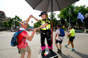 Een vrolijke wandelaar danst met een politie-agente.