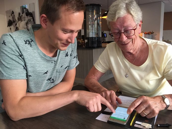 Ontwikkelaar Rob Geurts geeft uitleg over de Social App aan gebruiker Margriet van Woerkom.