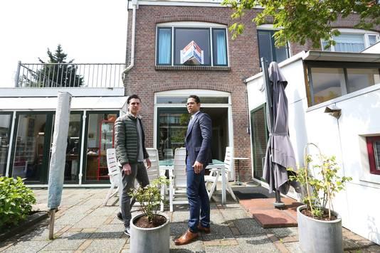 Makelaar Angelo van der Heiden (rechts) merkt dat de woningmarkt flink in de lift zit. 'Woningen worden soms twee keer per dag bezocht'.