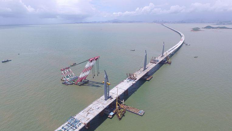 De langste, duurste en ingewikkeldste oeververbinding ter wereld bestaat uit bruggen, tunnels en kunstmatige eilanden over een afstand van in totaal 50 kilometer. Beeld getty