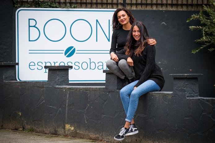 Sade van Huuksloot (l) en Vienne Telgt, zussen én de trotse eigenaren van BOON espressobar.