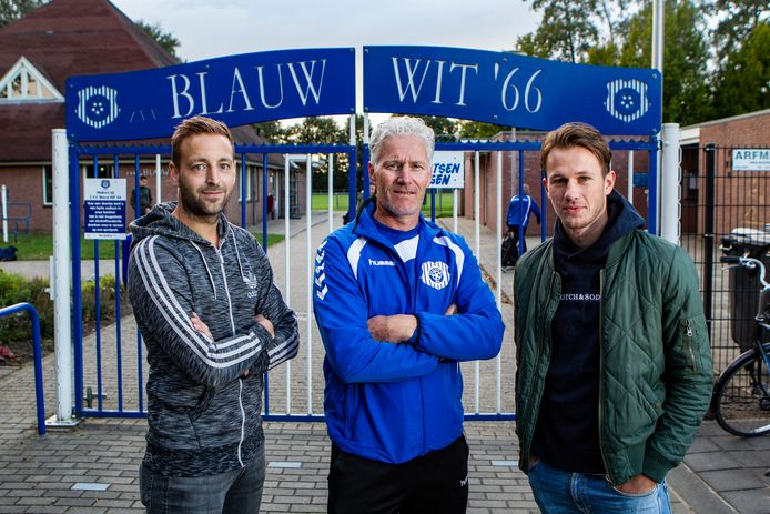 Remon Muller (grijze jack), Edwin Bolink (groene jack) en trainer Helwich Machielsen (m) grijpen zaterdag met Blauw Wit'66 bij een gelijkspel tegen SV DRC de periodetitel in de vierde klasse E.
