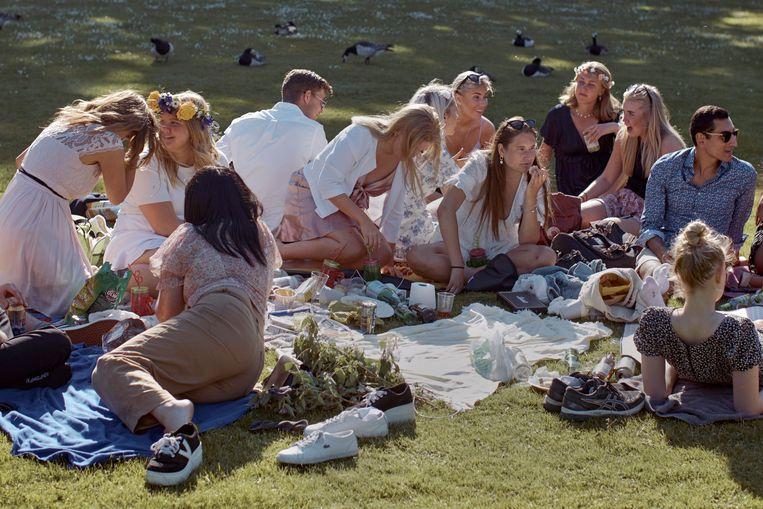 Terwijl de coronacijfers pieken vieren Zweedse jongeren midzomer in een park in Stockholm. Beeld AP