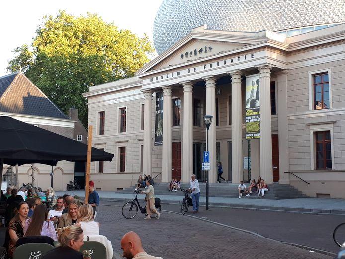 Bezoekers van museum de Fundatie hangen na sluit nog wat rond op de trappen.