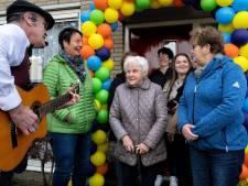 95-jarige Nelly op verjaardag verrast met serenade