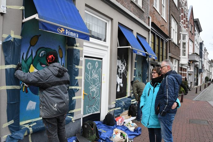 Maaike en Guido Neuféglise kijken belangstellend naar de paintende Duana Tomala