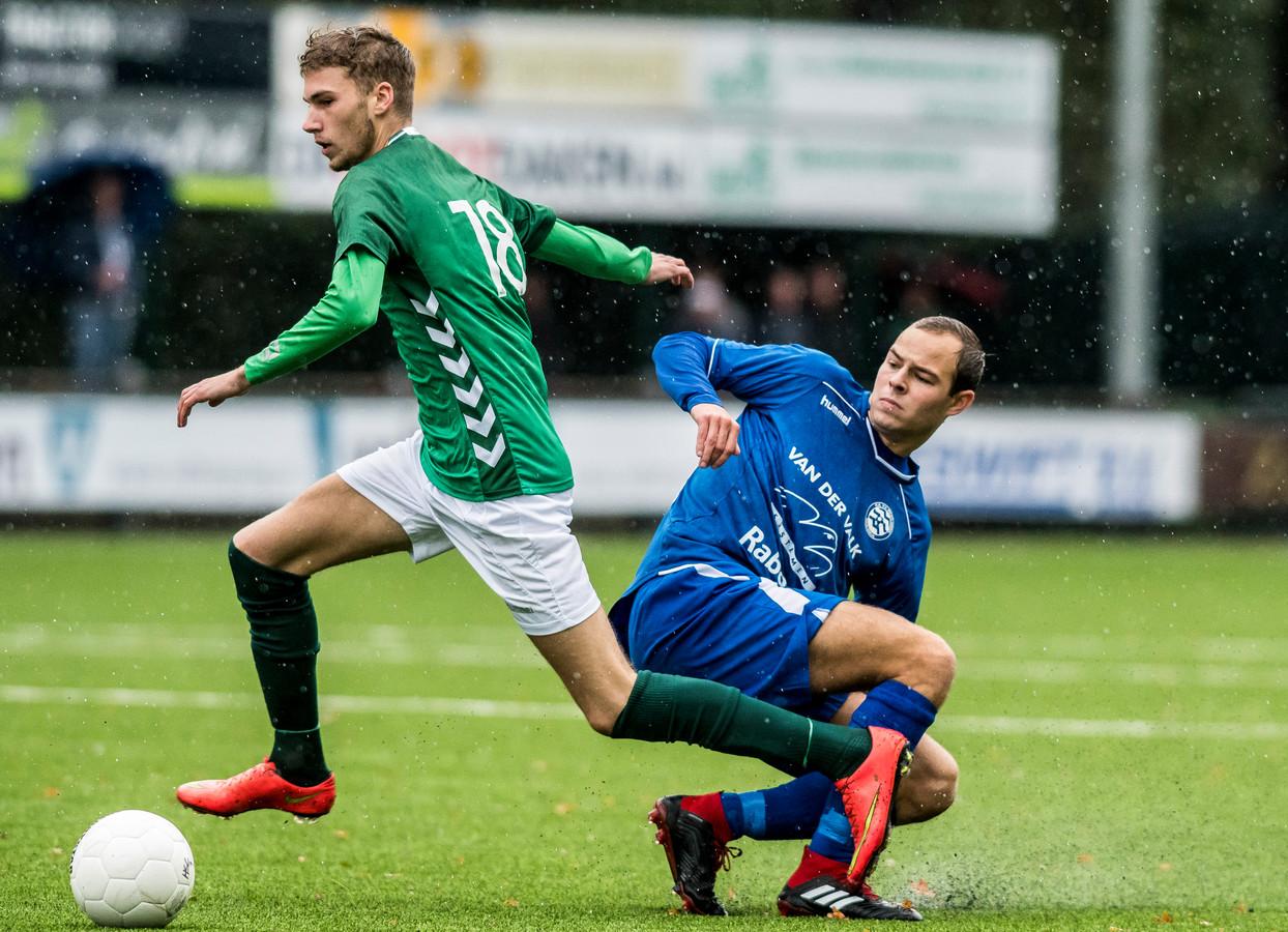 Martijn Veldhuis (links), hier in actie voor HSC'21, speelt volgend seizoen voor FC Winterswijk.