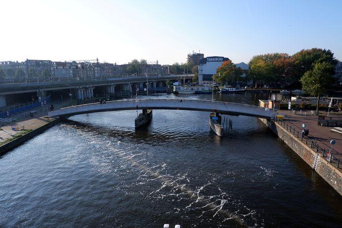 De Bubble Barrier in actie in Amsterdam in 2019. Een strook luchtbellen moet ervoor zorgen dat afval omhoog komt en in een hoek gedreven wordt.