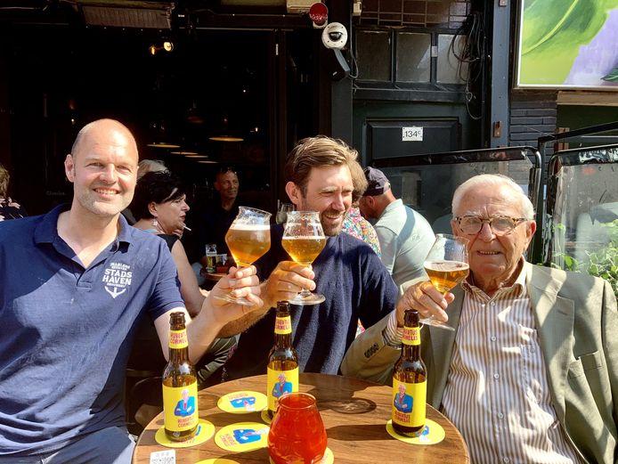 Alexander Bruring van de Stadshaven Brouwerij, Paul Sharo van Man Met Bril Koffie en opa Hubertus Cornelis proosten op het nieuwe biertje.
