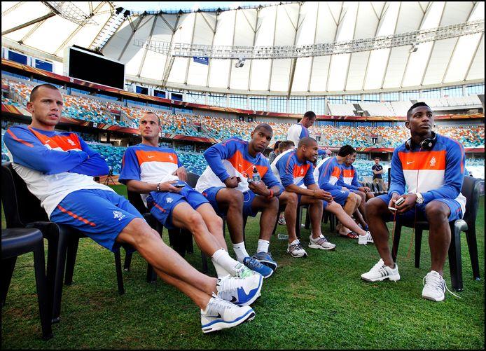 De spelers van het Nederlands Elftal kijken vol ontzag naar het immense stadion in Durban waar zij tegen Japan hun tweede WK-wedstrijd spelen. Vlnr John Heitinga, Wesley Sneijder, Ryan Babel, Nigel de Jong en Eljero Elia.