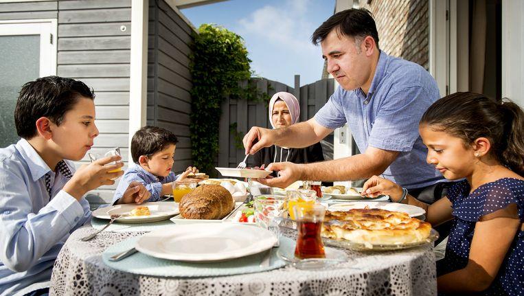 De Turkse familie Onal viert in 2015 volgens traditie met een uitgebreid ontbijt het suikerfeest Beeld anp