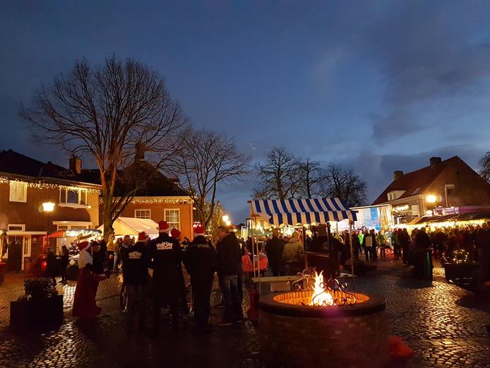 Het Raadhuisplein tijdens de kerstmarkt Liemt Lopt Uit!