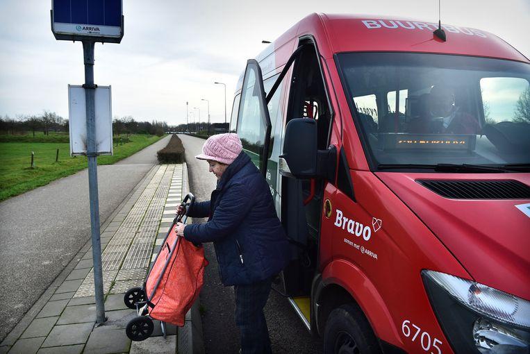De buurtbus maakt zijn ronde tussen Bokhoven en Den Bosch. Vervoerder Arriva rijdt alleen in de spits met gewone bussen op de route. Beeld null