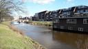 De woonboten aan de Nijverheidssingel in Breda verhuizen tijdens het baggeren om de beurt naar de grote open plek tussen de woonboten.