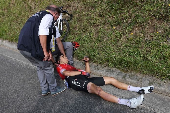 TOPSHOT - Team Arkea - Samsic rider Italy's Diego Rosa receives assistance after crashing during the 8th stage of the 107th edition of the Tour de France cycling race, 140 km between Cazeres-sur-Garonne and Loudenvielle, on September 5, 2020. (Photo by Kenzo Tribouillard / AFP)