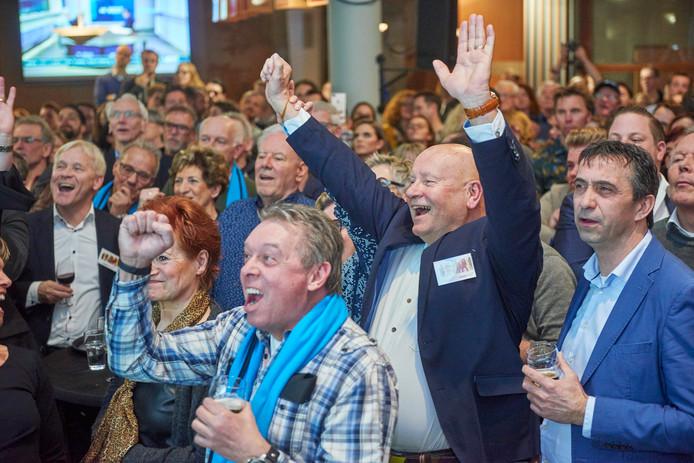 Verkiezingsavond Uden.  Uden Plus haalde vanuit het niets drie zetels maar mag niet meedoen aan de coalitiebesprekingen. Links staat Tinie Kardol.