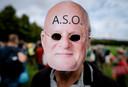 Een tegenstander van de spoedwet, die een juridische onderbouwing moet bieden voor de coronamaatregelen van het kabinet, protesteert met een masker van minister Ferd Grapperhaus (Justitie en Veiligheid) op het Malieveld.