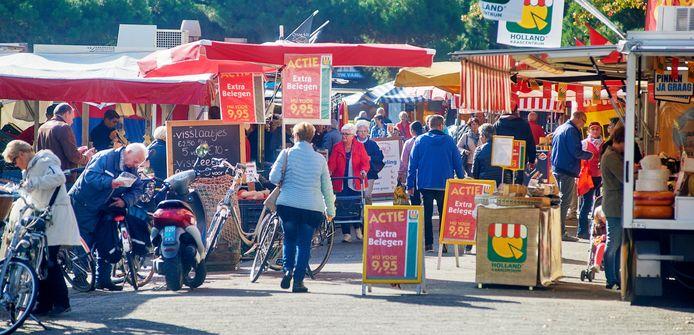 De Osse weekmarkt op de Eikenboomgaard. Als het aan de horeca ligt, komen hier ook de non-foodkramen van de Heuvel tijdelijk te staan.
