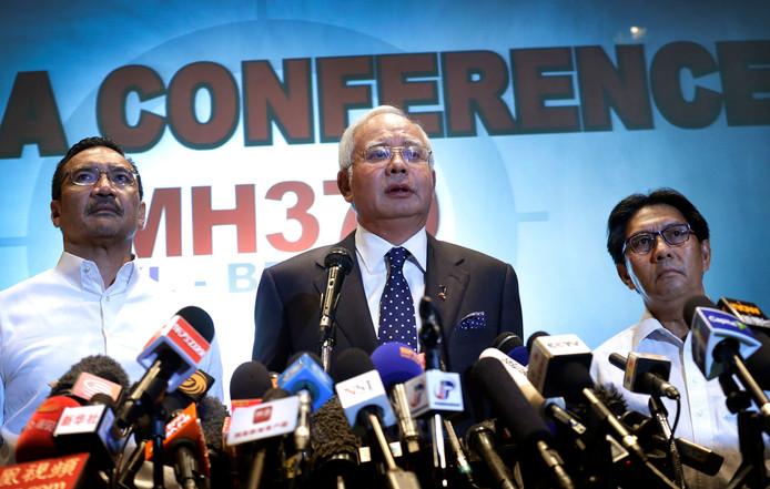 De toenmalige en nu vanwege corruptie bekritiseerde premier Najib Razak in 2014 op de persconferentie over de vermiste vlucht MH370.