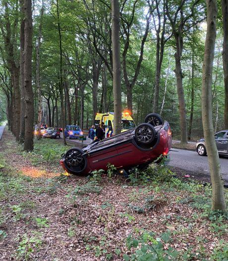 Auto slaat over de kop in Putten, bestuurder moet naar het ziekenhuis