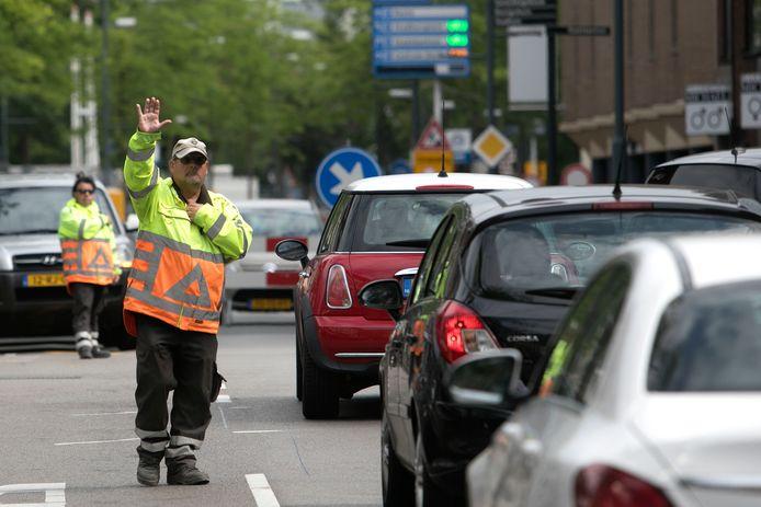 Verkeersregelaars worden deze week ingezet op de kruising Wal-Kerkstraat-Grote Berg.