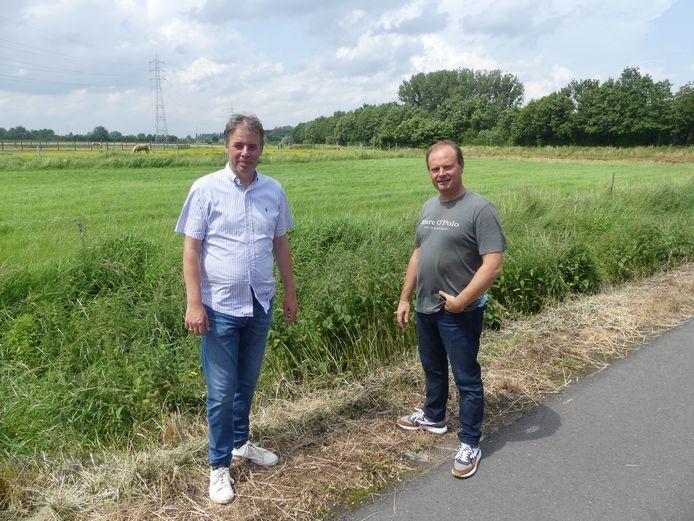 Burgemeester Jan Vermeulen en schepen van Ruimtelijke Ordening Bart Van Thuyne aan een open vlakte naast de Leie in Deinze.