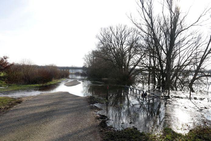 In verband met het hoge water is de Mergeldijk in Heijen afgesloten voor verkeer.