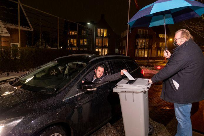 In Heerde is vanavond een wel heel bijzondere raadsvergadering. Men vergadert eerst thuis via de computer en gaat dan in de auto naar het gemeentekantoor om via een stemstraat te stemmen voor of tegen de nieuwe wethouder Stephan Nienhuis. Daarna weer terug naar huis voor de online benoemingsvergadering. Hier brengt Bram Horst zijn stem uit.