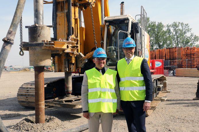 Vlaams minister van Werk Philippe Muyters (N-VA) en president-directeur Harry Wolters op de site waar de nieuwe cabinefabriek komt.