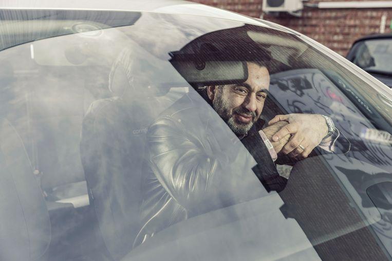 De meest gevaarlijke ritten zijn uiteindelijk die waar de verkeersregels, al is het er maar eentje, genegeerd worden. 'Dat iemand door het rood rijdt, kan ook gebeuren', zegt Abdelmajid Ahanssas.  Beeld Jef Boes