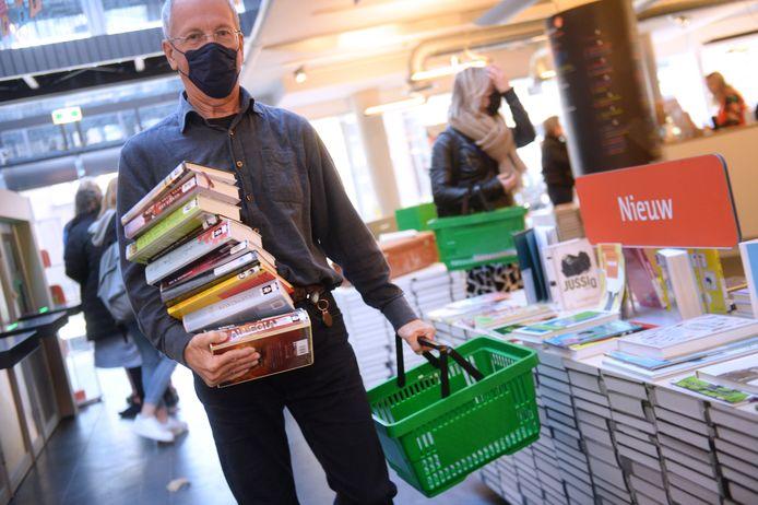 Nog snel een stapel boeken halen, voor de bibliotheken sluiten.