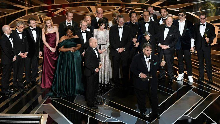 Regisseur Guillermo del Toro neemt de oscar voor beste film in ontvangst. Beeld afp