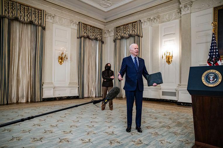 President Joe Biden staat de pers te woord nadat hij met vicepresident Kamala Harris heeft gesproken over het steunpakket ter bestrijding van de economische gevolgen van de coronacrisis.  Beeld Samuel Corum / Getty Images