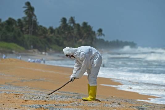 Des membres de la marine sri-lankaise enlèvent des débris rejetés sur le rivage du porte-conteneurs MV X-Press Pearl le 31 mai 2021.