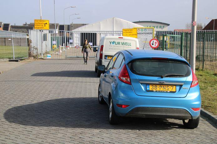 Auto's staan  te wachten voor een corona-teststraat