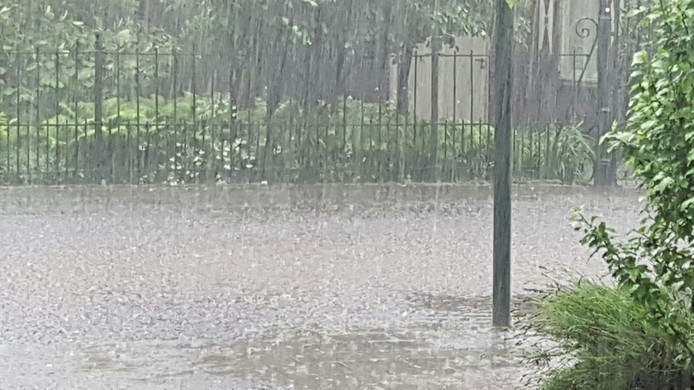 Wateroverlast in de Kruisstraat in Deurne