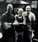 V.l.n.r. Michiel Louws, Edwin Vinke en Paskal Jakobsen poseren in de keuken van hun nieuwe eetcafé Hard & Ziel.