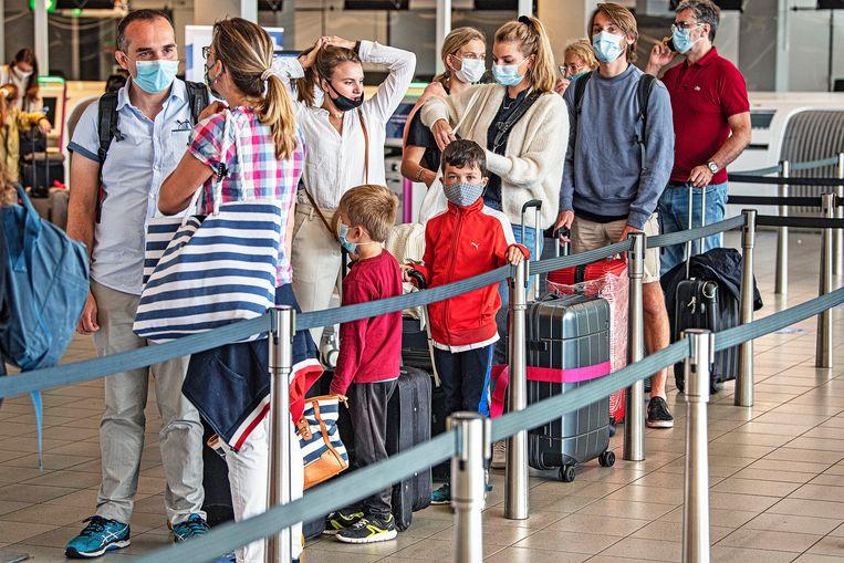Reizigers op Schiphol eind juli. Er is nog steeds geen garantiefonds voor losse vliegtickets, wel voor pakketreizen. Beeld Guus Dubbelman / de Volkskrant