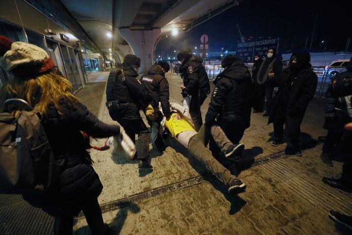 Un supporter de Navalny interpellé par la police russe.