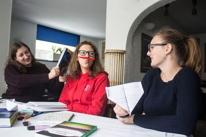 Yana Giovanis (midden) wil dat er meer studeerruimte komt voor blokkende studenten.