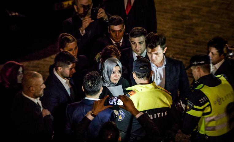De Turkse Minister van Familiezaken, Betül Sayan Kaya, werd door de politie tegengehouden op het moment dat ze naar het Turkse consulaat wilde lopen. Beeld Freek van den Bergh / de Volkskrant