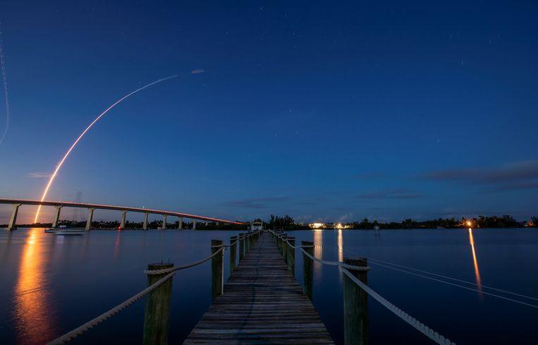 Na een verblijf van ongeveer drie dagen in de ruimte keren de bemanningsleden terug op aarde. Het vaartuig plonst dan, hangend aan een parachute, in de Atlantische Oceaan. Beeld REUTERS