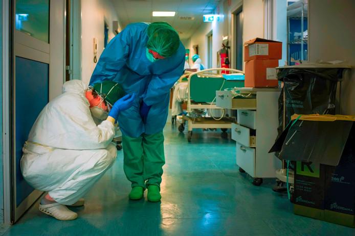 Twee verplegers zoeken steun in een ziekenhuis in Turijn.