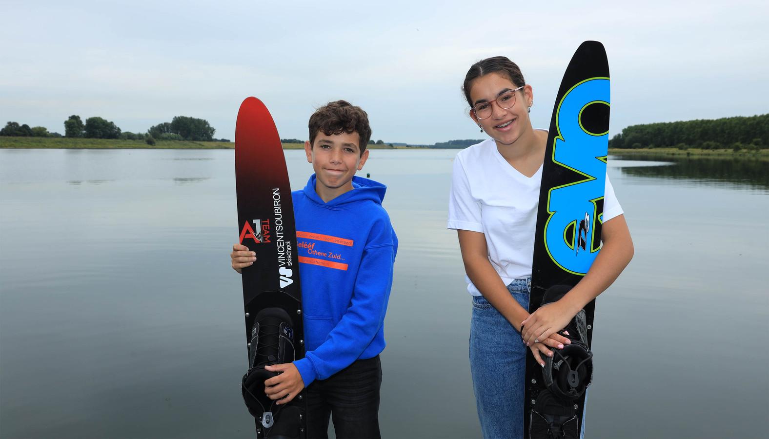 Kian (links) en Noël Hamelink gaan naar het EK waterskiën, op de achtergrond hun oefenwater De Braakman.
